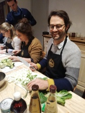 Man snijdt groenten tijdens workshop