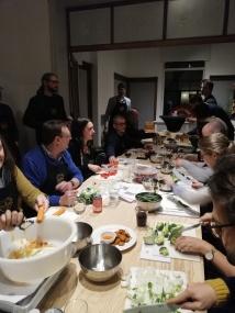 Tafel met mensen die koken