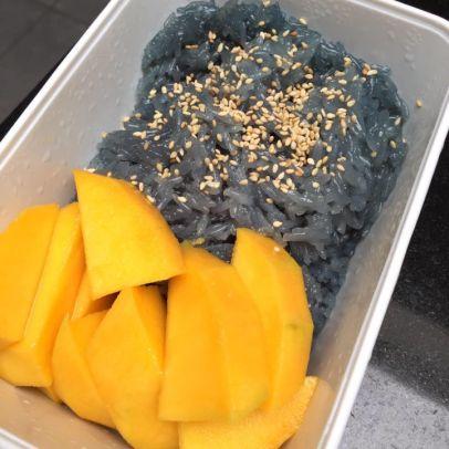 Paarse kleefrijst met mango