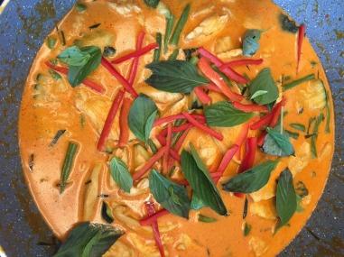 Rode Thaise kerrie met Thaise zoete basilicum en zoete paprika