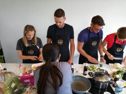 Deelnemers van de Thaise kookworkshop aan de slag