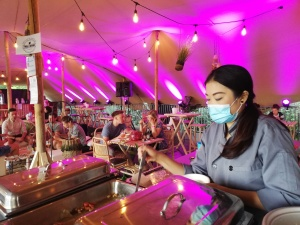 Chef met mondmasker in tent
