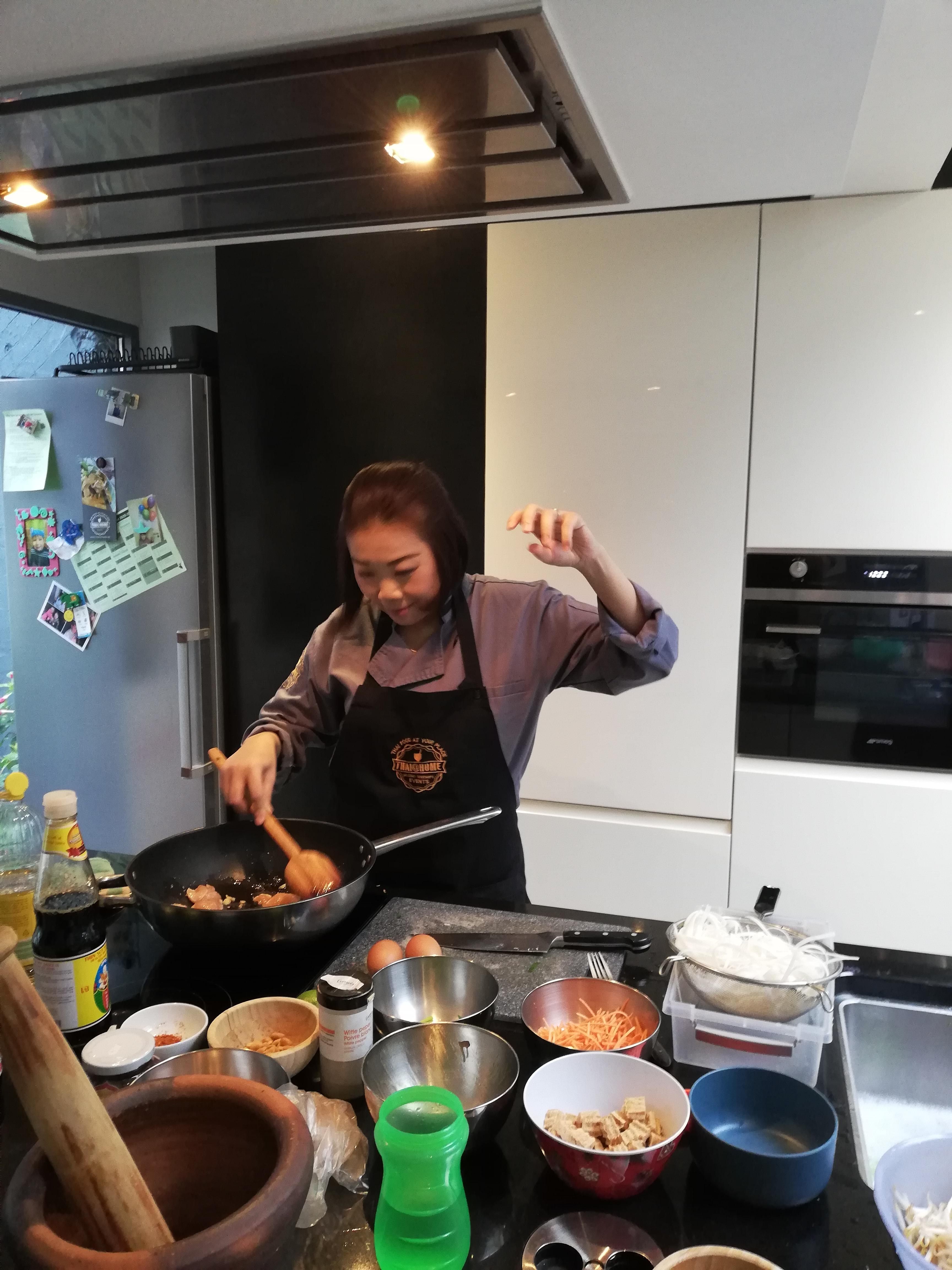 Thaise kok in keuken thuis